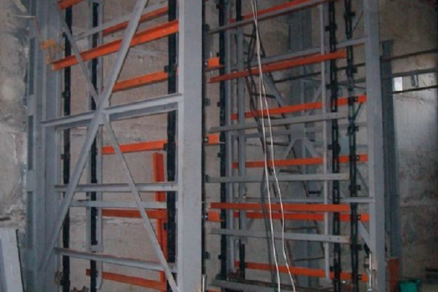 Stillage-elevator for dry bricks