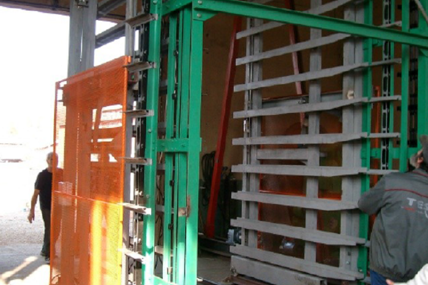 Stillage-elevator for wet bricks